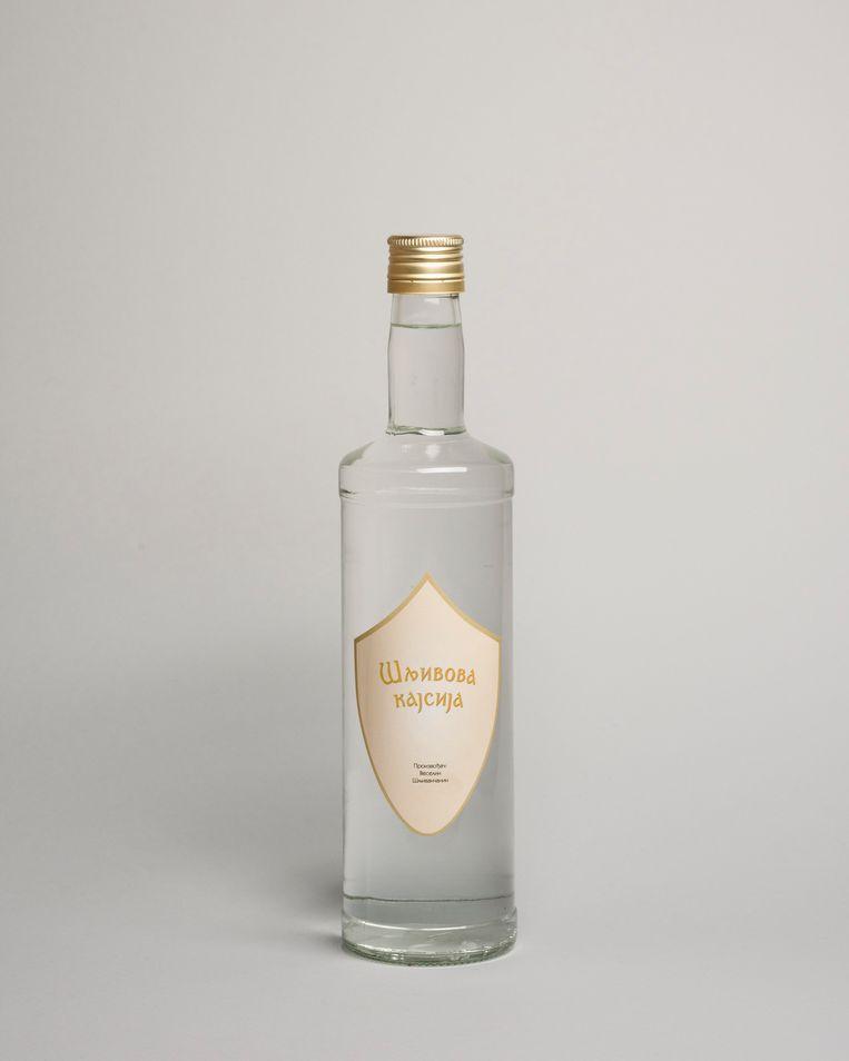 De huisgemaakte brandewijn die Veselin Sljivancanin zijn gasten cadeau doet, met zijn naam op het label.  Beeld Martino Lombezzi