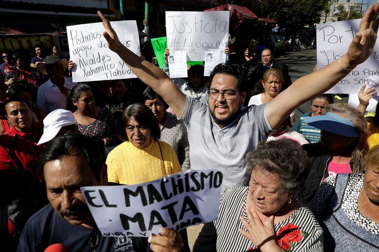 Mensen demonstreren aan de school van de vermoorde Fatima.