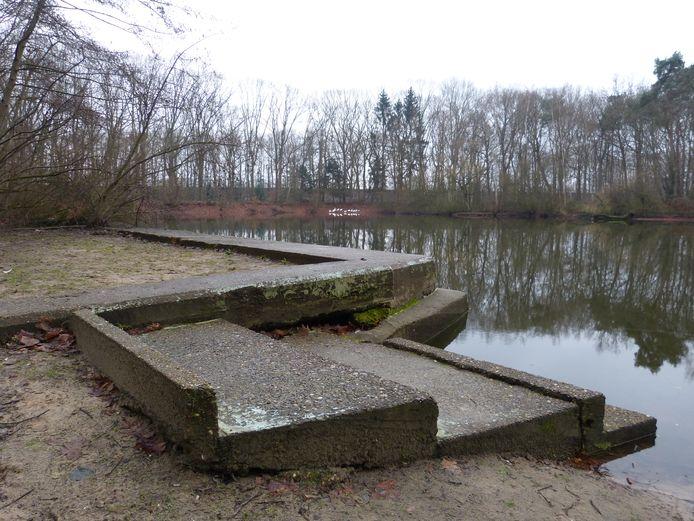 Tussen de Aalsterweg en de Roostenlaan ligt Eikenburg. De huidige eendenvijver was in de jaren 60 en begin jaren 70 een zwembad en roeivijver.