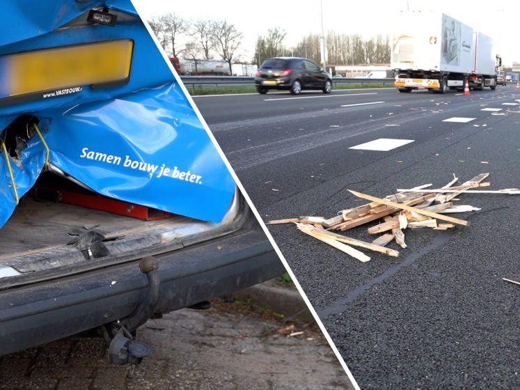 Ravage op A1 nadat vrachtwagen trap en pallets verliest