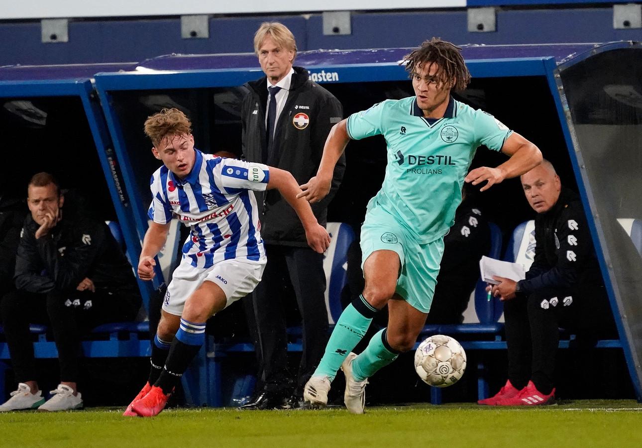 Victor van den Bogert (rechts) tijdens de uitwedstrijd tegen SC Heerenveen, waarin hij ruim een half uur mocht meedoen.
