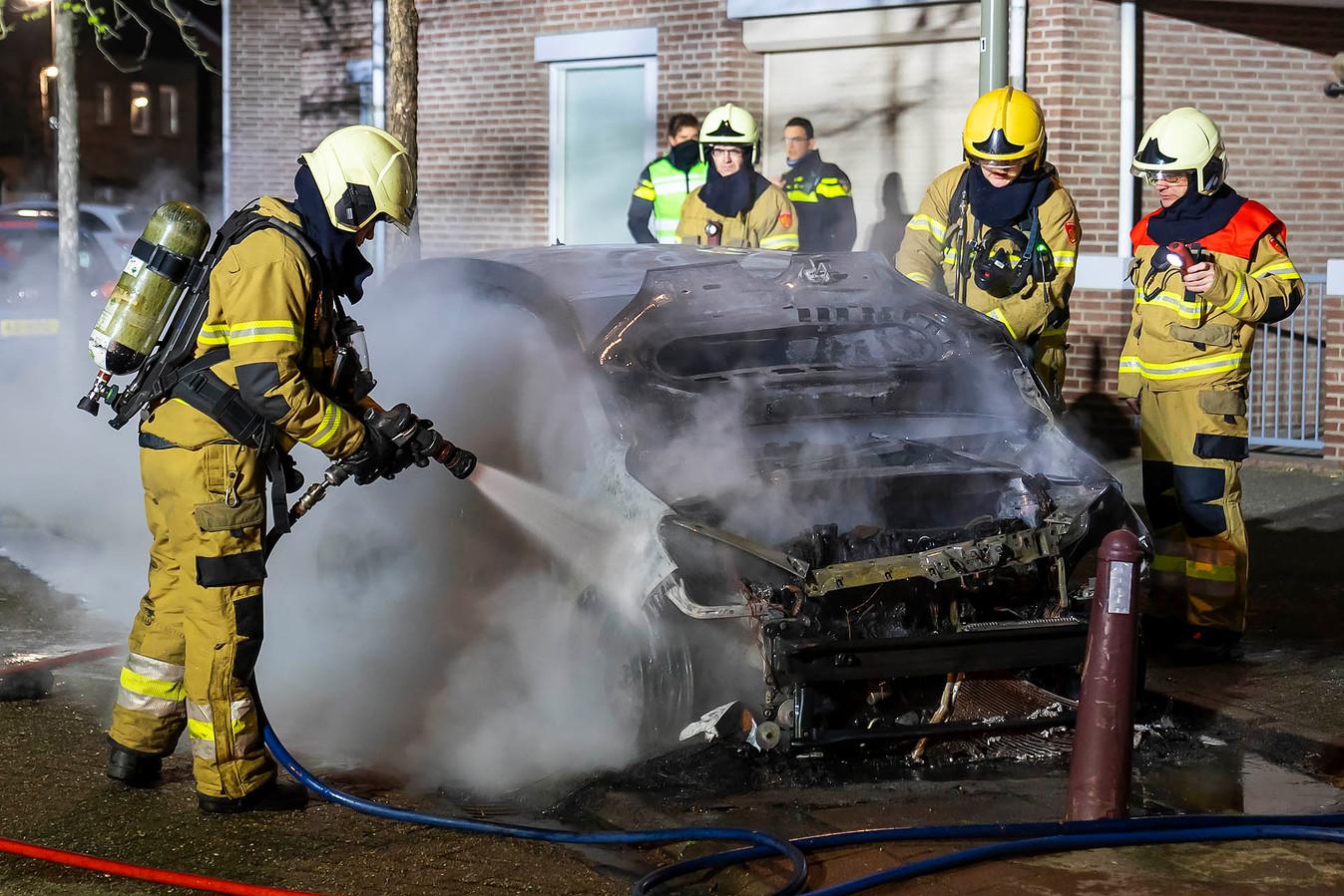 De auto bleek na aankomst van de brandweer al niet meer te redden