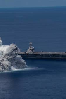 """Un porte-avions américain """"bombardé"""" pour tester ses capacités de résistance"""