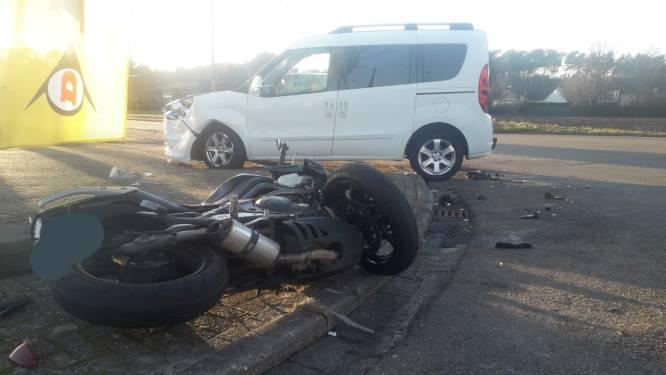 Zowel motorrijder als passagier afgevoerd naar ziekenhuis na ongeval in Mol