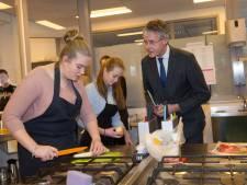Minister Slob hoort en ziet trotse Apeldoornse vmbo'ers