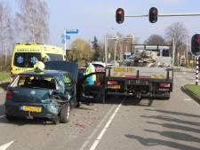 Vrachtwagen botst tegen meerdere auto's voor verkeerslicht in Lunteren
