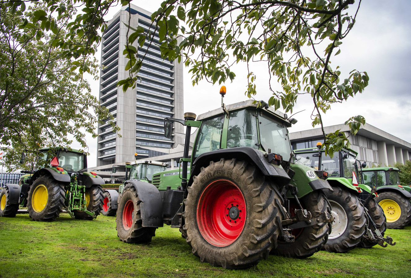 Boeren verzamelen zich bij het provinciehuis in Den Bosch, waar Provinciale Staten debatteren over de aanpak van stikstof.