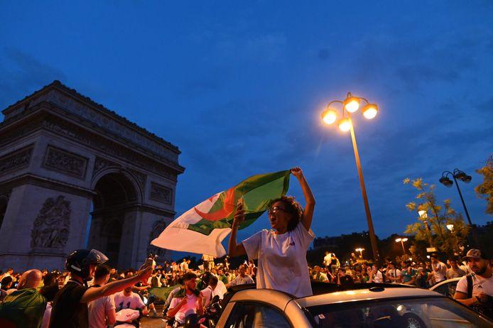 Ook in Parijs, hier aan de Arc de Triomphe, kwamen supporters van Algerije op straat en werd er geplunderd.