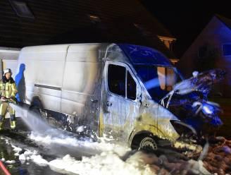 """""""Kortsluiting? Kan niet, het moet brandstichting geweest zijn"""": motor en cabine van bestelwagen branden uit op oprit"""