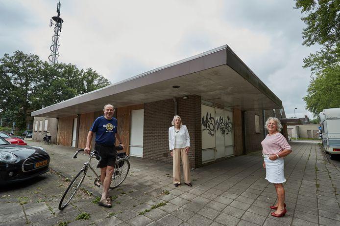 Vlnr: Lochemers  Sjef van Hoorn, Maran Olthoff en Janny Buijs. Zij ergeren zich al jaren aan de twee verpauperde panden aan de Zuiderbleek in Lochem. Eerder zaten daar de Aldi en stichting het Groene Kruis, maar sinds 2015 staan de twee panden leeg.