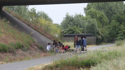 Leerlingen internaat met bus langs A19 gestrand op weg naar voetbaltornooi