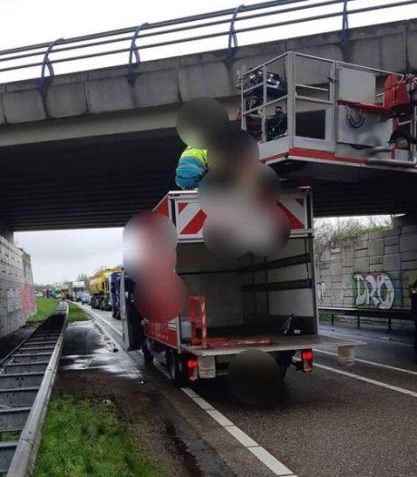 Vrachtwagenchauffeur voorkomt zelfdoding door wagen precies onder viaduct te rijden