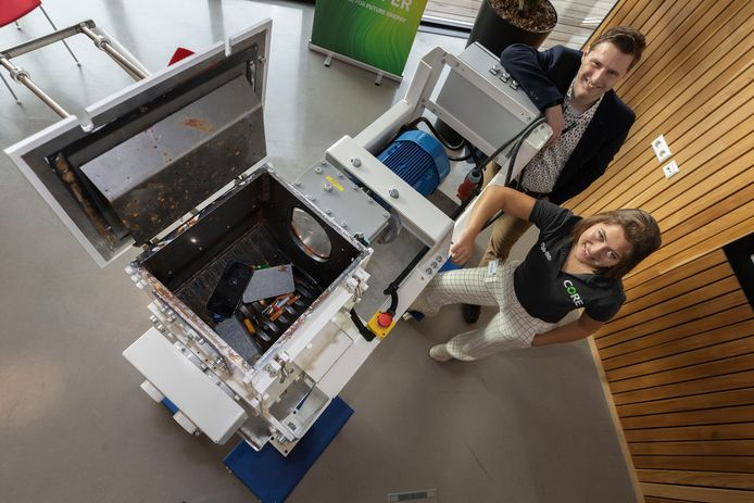 Studenten van team Core ontwikkelen een shredder voor accu's die onder water opereert om brand tegen te gaan. Links Dirk van Meer, rechts Tatum Simons.