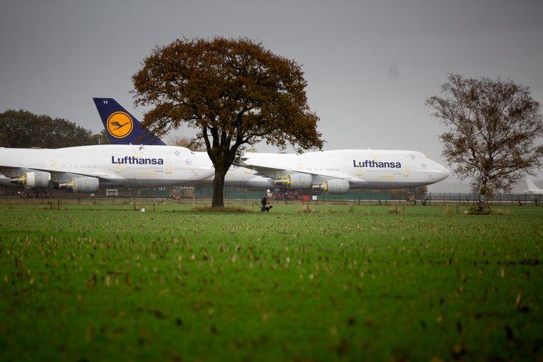 Luftansa-toestellen op luchthaven Twente Airport. Beeld Herman Engbers