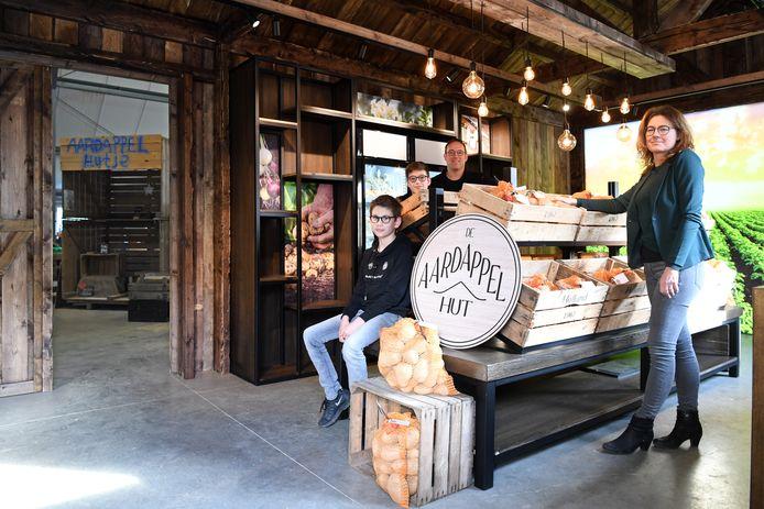 Diny Oomen en man met kinderen Stefan (l) en Martijn beginnen op hun landbouwbedrijf de Aardappelhut, een winkeltje. Noodzakelijk vanwege de lage landbouwprijzen. In de schuur kijkende door de deur zien we hun eerste hutje wat nog buiten stond.