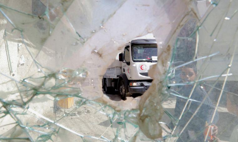 Een vrachtwagen met hulpgoederen van de Rode Halve Maan in de Syrische stad Oost-Gouta, afgelopen maart.  Beeld EPA