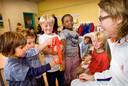De Bruijn bezoekt een school in Rotterdam.