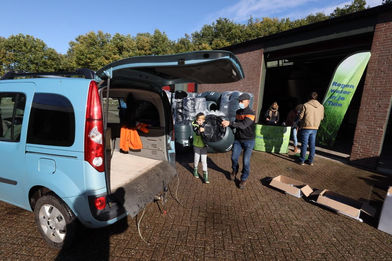 Inwoners van Reusel-De Mierden komen hun regenton ophalen bij de gemeentewerf in Lage Mierde.
