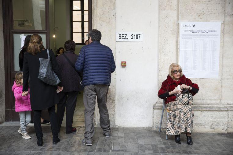 Kiezers aan de stembus in Rome. Beeld Bloomberg via Getty Images