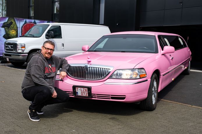 Chris Charlier en zijn roze limousine.