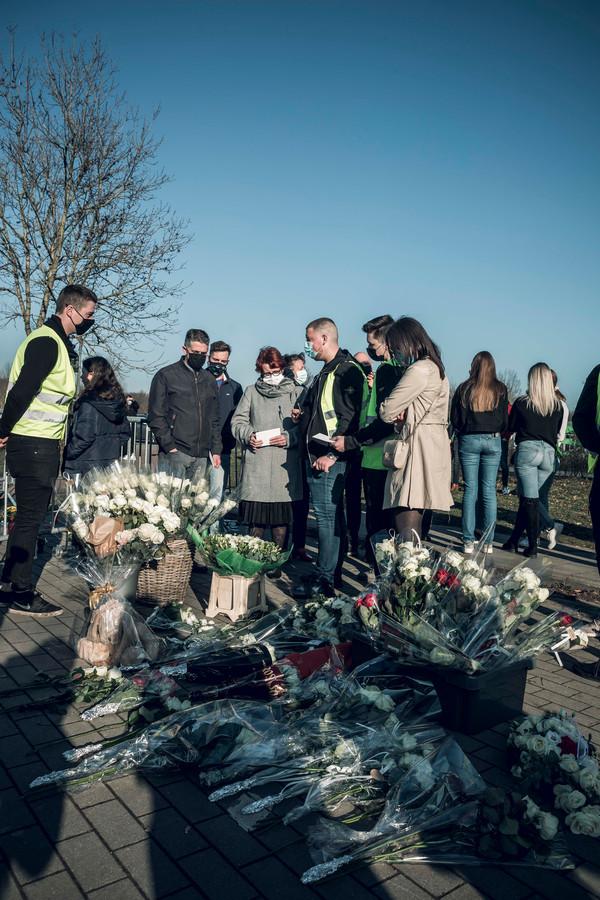Een pak bloemen voor de familie van Niels.