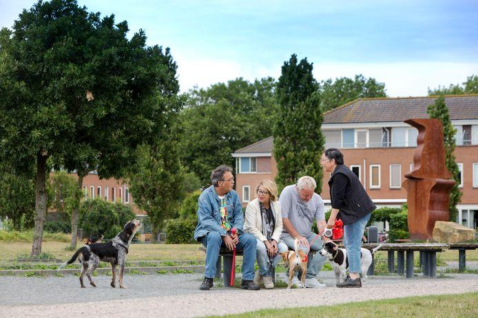 Hondenbezitters met hun loslopende honden in het Sijtwendepark.