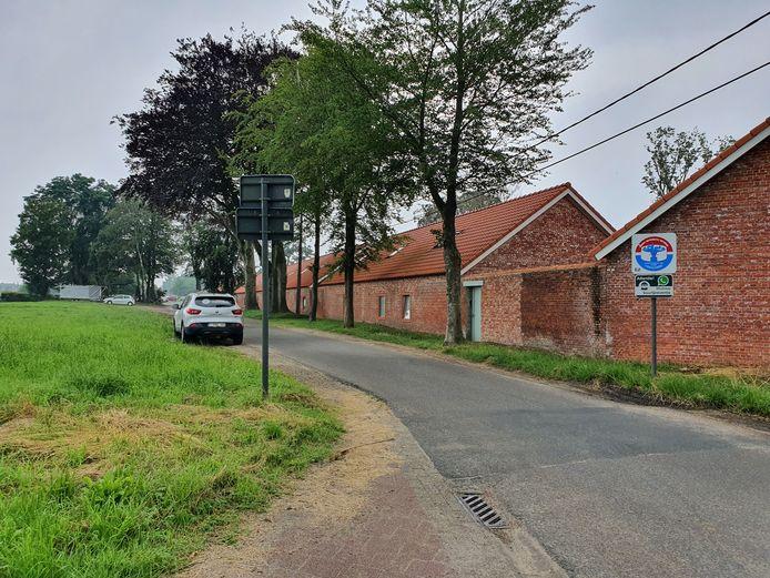 De paaltjes worden geplaatst ter hoogte van de Grensstraat.
