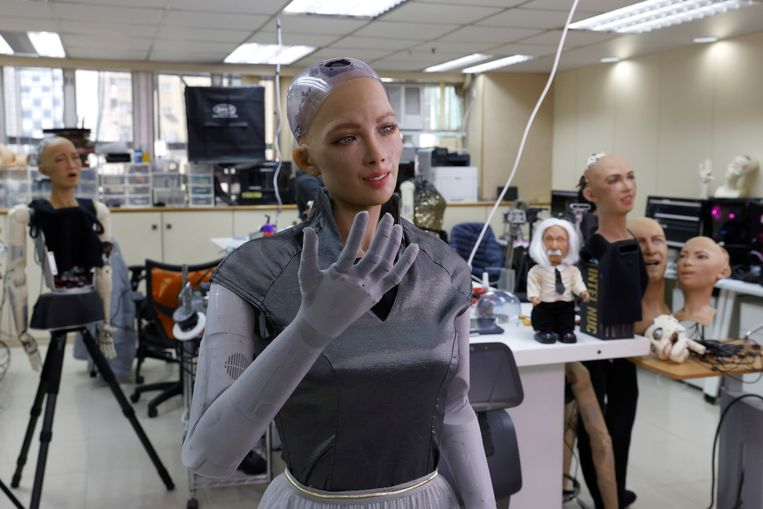 Sophia van Hanson Robotics gaat in massaproductie. Zulke cyborgs helpen misschien binnenkort met coronataken. Beeld REUTERS