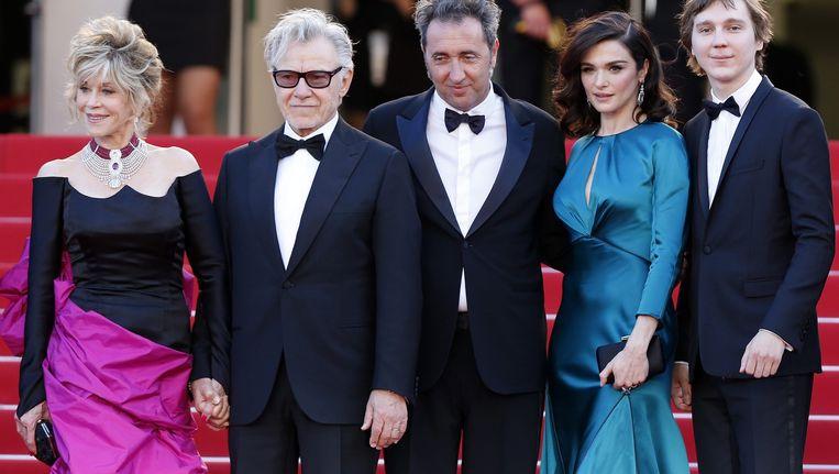 Jane Fonda, Harvey Keitel, regisseur Paolo Sorrentino, Rachel Weisz en Paul Dano op de rode loper in Cannes. Beeld anp