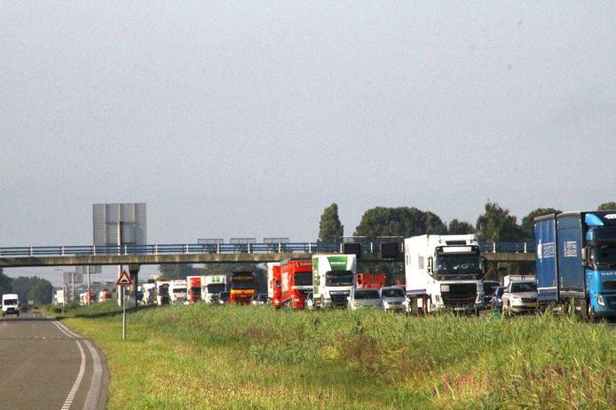 Een lange file op de A28 bij Nieuwleusen, nadat drie auto's bij een ongeval betrokken waren.