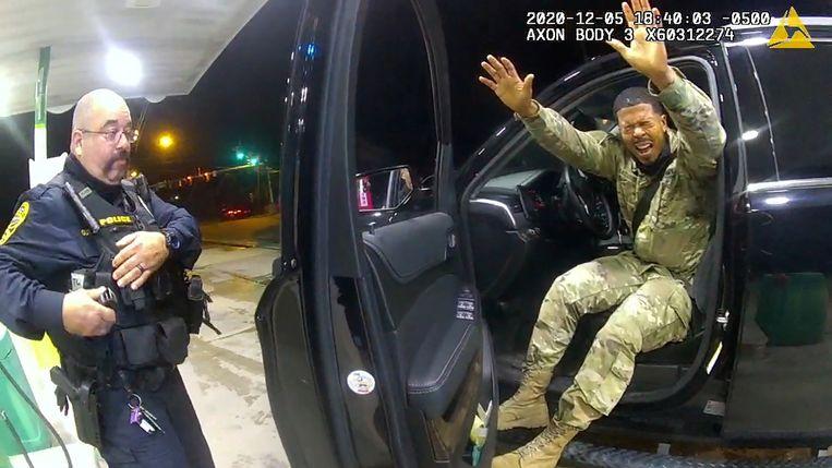 Luitenant Caron Nazario komt zijn auto uit nadat de agenten hem pepperspray in het gezicht hebben gespoten.  Beeld REUTERS