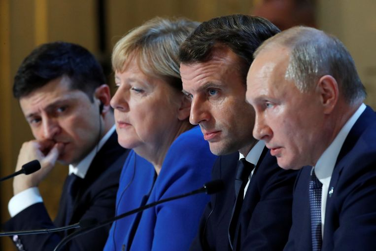 De Russische president Poetin (rechts) en zijn Oekraïense ambtsgenoot Zelenski (links) tijdens de afsluitende persconferentie. Beeld EPA