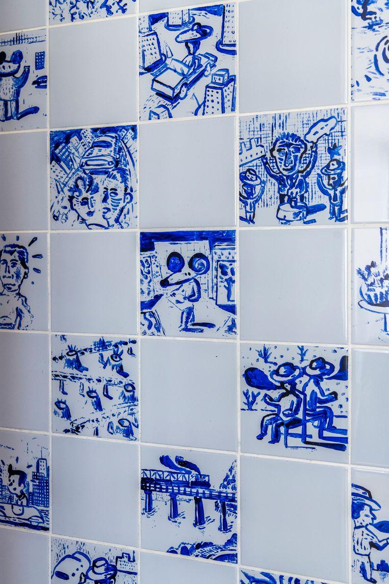 De badkamer zit verstopt achter een houten kastenwand. Albert beschilderde de faience-tegeltjes. Beeld Luc Roymans