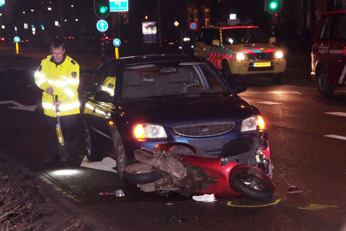 De scooter van de twee verdachten, na de fatale aanrijding in 2010.