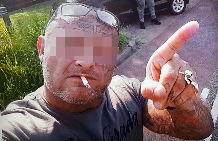 Op de foto die de politie verspreidde, lijkt hij amper meer.