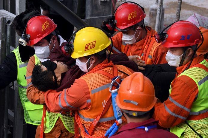 Een van de geredde mijnwerkers die vanochtend aan de oppervlakte kwam.
