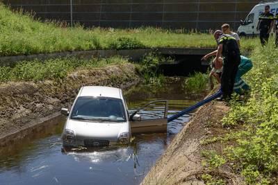 Kozijnmonteur redt oude vrouw uit auto in water bij A16 Breda