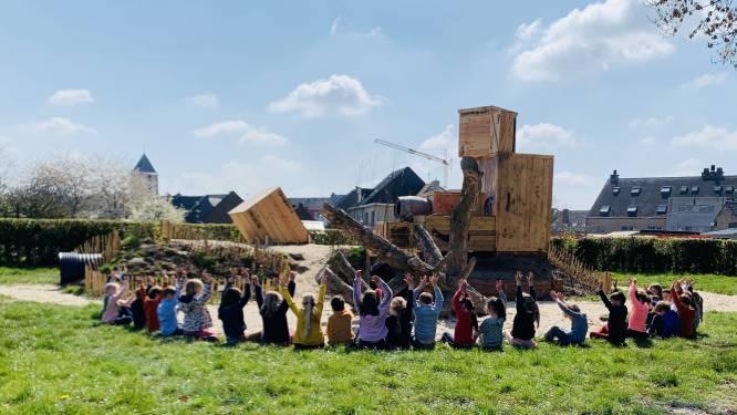 Kinderen ravotten op natuurspeelplaats in GO! BS Hofkouter