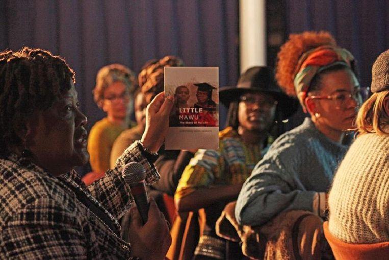 Sandra Schipper toont haar leestip. Beeld Johan Janssen