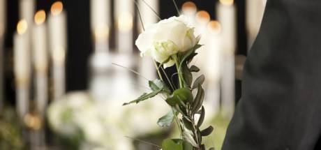 Om te voorkomen dat grafstenen in Poortvliet verdwijnen, zoekt Tholen de rechthebbenden