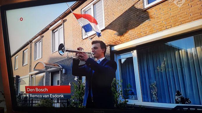 Remco van Esdonk levert vanuit de voortuin in Den Bosch een bijdrage aan de taptoe die door de NOS werd uitgezonden.