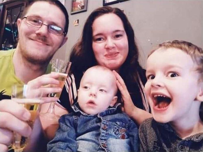 Pour financer le traitement de Lucien, atteint d'une maladie rare appelée AADC, sa famille a besoin d'un million d'euros.