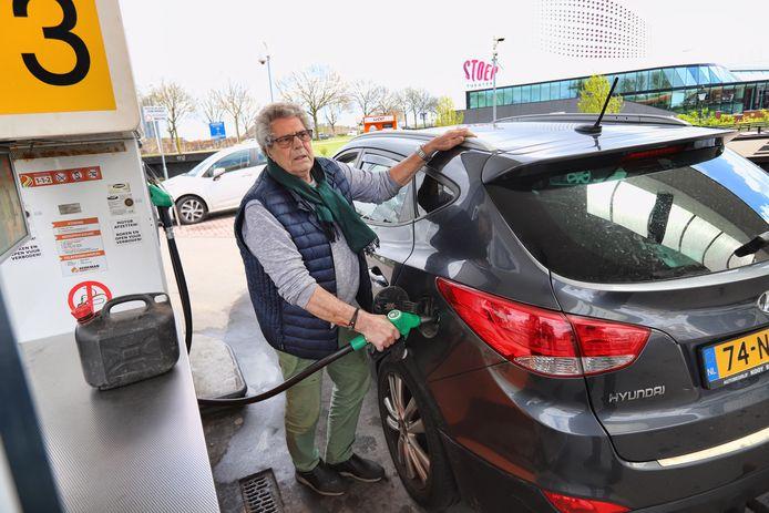 Rob Schaasberg gooit de tank van zijn auto vol bij Berkman in Spijkenisse. ,,Natuurlijk kom ik hier voor de lage prijs.''