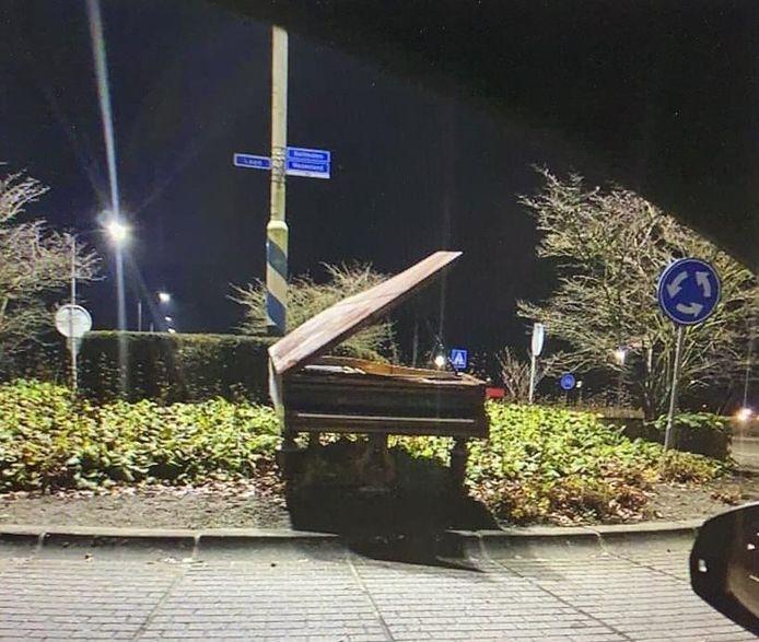 Vanacht stond-ie nog keurig rechtop, de piano op de rotonde in Nunspeet.