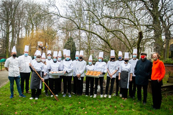 De leerlingen van het PIVA bakken worstenbrood en appelbollen voor De Markgrave.