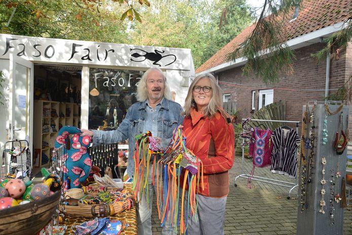Marianne Velthuis en Pieter Mulders verkopen kunst en ambachtelijke spullen voor het goede doel. De opbrengst van de verkoop van de mondkapjes die Marianne vasthoudt, wordt gebruikt om nieuwe ziekenhuisbedden van te kopen