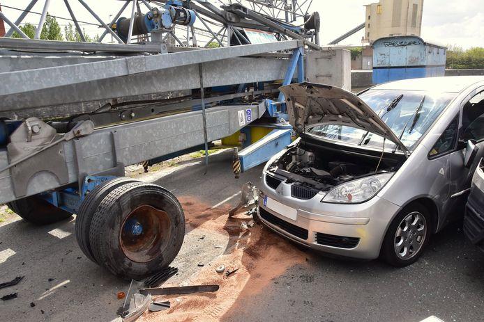 De Mitsubishi Colt van de bejaarde automobilist kwam na de botsing tegen een geparkeerde kraan terecht. Die verhinderde dat hij met zijn auto in de dieper gelegen vaart terechtkwam, langs de Kaaistraat in Roeselare.