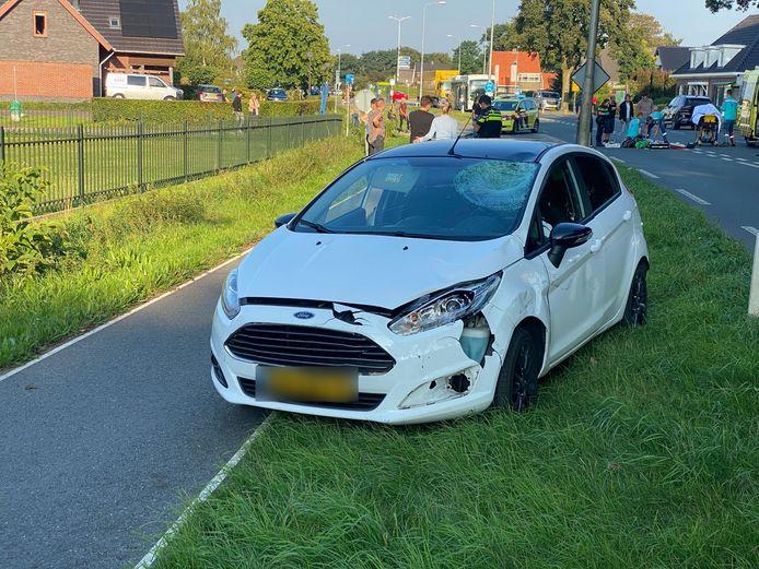 Eén van de auto's die betrokken was bij het ongeval: met name aan de voorkant en in de ruit was de schade aanzienlijk.