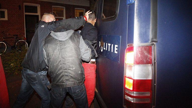 De politie van Haren pakt de relschoppers op.
