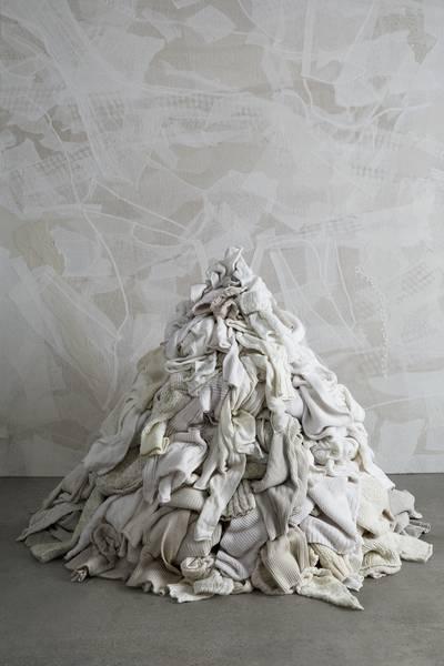 Het 'Waste No More'-initiatief recycled oude kledingstukken van modeontwerper Eileen Fisher tot kussens en wandkleden.wastenomore.com